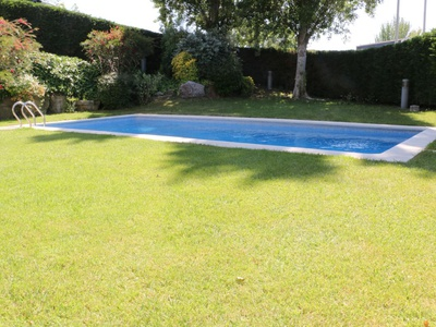 OUTDOOR SWIMMING POOL & GYM